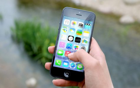 Opinion: Do middle schoolers need phones at lunch?